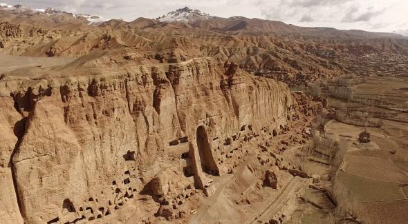 Vue de la falaise de Bamiyan par un drone.