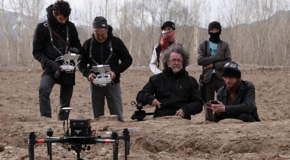 Image de capture d'images avec des drones devant la falaise de Bamiyan