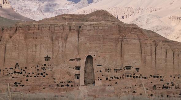 Panoramique de la falaise d'1,5 km de Bamiyan. La totalité de la falaise est reconstituée à l'échelle 1 par tuilage de 3000 photographies. Technique mise au point par la société Cornis
